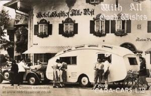 Caravane historique anglaise devant un hotel en Allemagne.